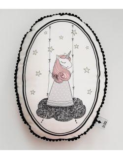 Poduszka dekoracyjna La Lune z pomponikami - Jednorożec