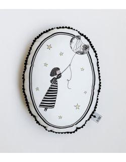 Poduszka dekoracyjna La Lune z pomponikami - Dziewczynka z Księżyca