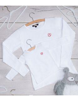 Zestaw mama i dziecko. białe koszulki z długim rękawem z haftem dwa serca