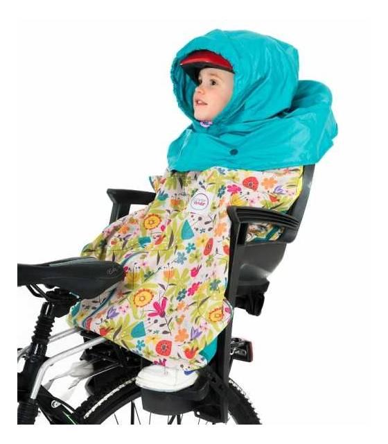 w foteliku rowerowym jako ochrona przed deszczem