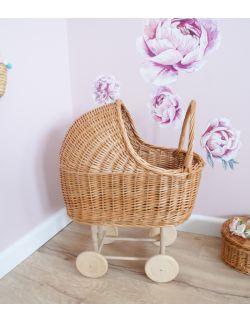 wózek wiklinowy dla lalek z pościelą