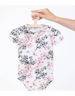 Body z krótkim rękawem w print w kwiaty na jasnym tle