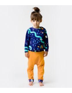 Granatowa bluza nalle i pomarańczowe pumpy