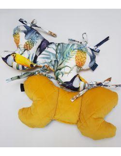 Poduszka Motylek Tukany z velvet musztardowy pikowany caro